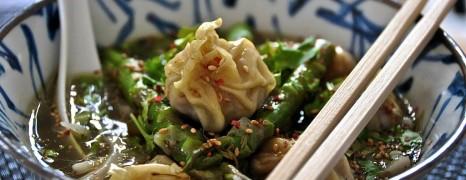 Duftende Wan-Tan-Suppe mit Sesamspargel