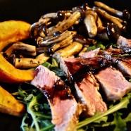 Perfektes Steak mit Ofenkürbis und Pilzen